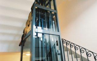mini-ascenseur dans petit immeuble